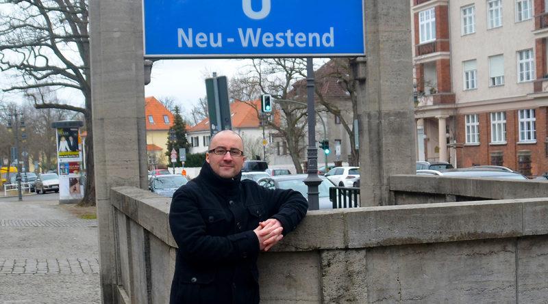 Foto: Alexander Sempf vor dem U-Bahnhof Neu-Westend